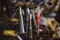 Primo piano degli utensili nelle officine meccaniche industriali — Foto stock