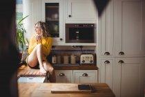 Mulher bonita tomando café na cozinha em casa — Fotografia de Stock