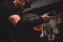 Souffleur de verre façonnant le verre fondu à l'usine de soufflage de verre — Photo de stock