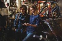 Механика с использованием цифрового планшета в мастерской — стоковое фото