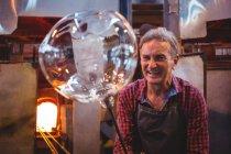 Портрет митець формування скла на blowpipe заводі glassblowing — стокове фото