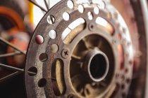 Закри мотоцикл дискове гальмо в майстерні — стокове фото
