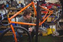 Механическое письмо на планшете в магазине велосипедов — стоковое фото