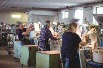 Стеклодувы, работающие на стеклодувном заводе — стоковое фото