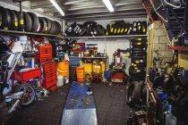 Vista interior da oficina do veículo a motor — Fotografia de Stock