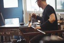 Митець формування розплавленого скла на заводі glassblowing — стокове фото