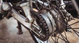 Закри мотоцикл ланцюга в промислових механічних майстерень — стокове фото