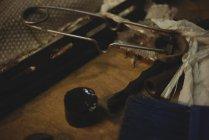 Крупный план стеклодувных инструментов на стекольном заводе — стоковое фото