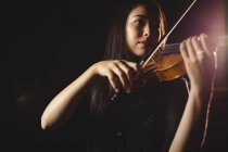 Étudiante jouant du violon dans un studio — Photo de stock