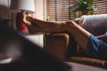 Женщина отдыхает в гостиной на дому — стоковое фото