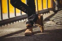 Imagen recortada de Hombre de pie contra barandilla en día soleado - foto de stock
