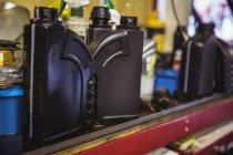 Крупный план моторного масла на полке в промышленном механическом цехе — стоковое фото