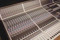 Close-up de um mixer de som em um estúdio — Fotografia de Stock