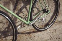 Велосипед прислонился к стене в солнечный день — стоковое фото
