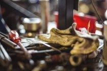 Закри інструментів і ганчірку в промислових механічних майстерень — стокове фото
