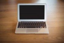 Ordenador portátil en el escritorio en la oficina - foto de stock
