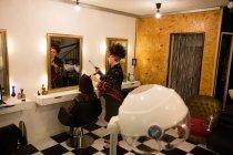 Frau, Haare richtete beim Friseur — Stockfoto
