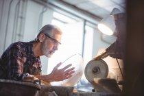 Стеклодувка работает на стеклодувном заводе — стоковое фото