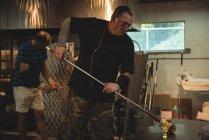 Sopradores de vidro moldando vidro fundido na fábrica de sopro de vidro — Fotografia de Stock
