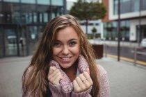 Retrato de una hermosa mujer usando suéter durante la temporada de invierno - foto de stock