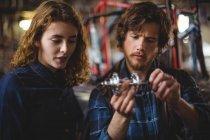 Mécanique réparation vélo dans l'atelier — Photo de stock