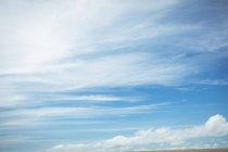 Красивый вид на голубое небо и облака — стоковое фото