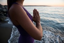 Frauen meditieren an sonnigen Tagen am Strand — Stockfoto
