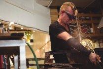 Стеклодув формы расплавленного стекла на заводе стеклодувки — стоковое фото