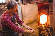 Vidro de aquecimento do ventilador de vidro no forno na fábrica de sopro de vidro — Fotografia de Stock