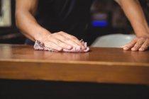 Крупний бар бар тендер очищення лічильники відвідувань в бар — стокове фото