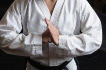 Средняя секция женщины, практикующей карате в фитнес-студии — стоковое фото