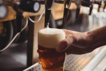Close-up de bar concurso enchimento cerveja da bomba de bar no balcão de bar — Fotografia de Stock