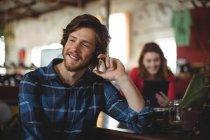Красивый мужчина разговаривает по мобильному телефону в мастерской — стоковое фото