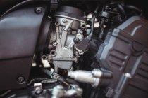 Close-up do motor de motocicleta na oficina mecânica industrial — Fotografia de Stock