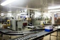 Коробка перемещается по производственной линии на заводе — стоковое фото