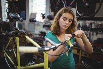 Механический осмотр велосипеда в мастерской — стоковое фото