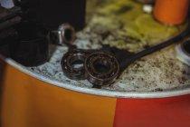Gros plan des roulements dans l'atelier de mécanique industrielle — Photo de stock