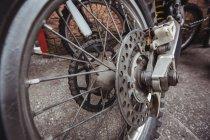 Закри мотоцикл колесо в промислових механічних майстерень — стокове фото