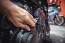 Mão de fechamento mecânico tanque de óleo de moto na oficina — Fotografia de Stock