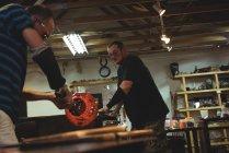 Команда glassblowers формування розплавленого скла на заводі glassblowing — стокове фото