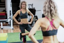 Hermosa mujer realizando ejercicio en el gimnasio - foto de stock