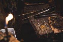 Крупный план стеклодувного инструмента на столе на стекольном заводе — стоковое фото