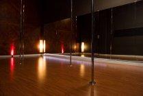 Interior de estudio de baile moderno para pole dance con luz y espejo - foto de stock