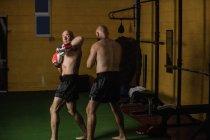 Боксёры Таиланда занимаются боксом в тёмном зале — стоковое фото