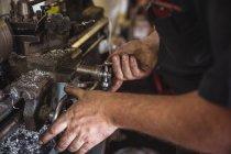 Mecânico de trabalho na máquina de torno industrial na oficina — Fotografia de Stock
