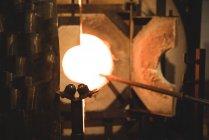 Закри шматка скла з підігрівом в печі при glassblowing заводу — стокове фото