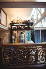 Женщина выбирает одежду из вешалок в бутик-магазине — стоковое фото