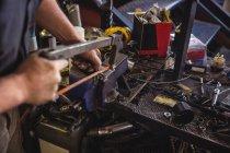 Механическая резка металла с ножовкой в мастерской — стоковое фото