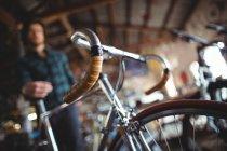 Gros plan de la bicyclette en atelier — Photo de stock