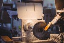 Nahaufnahme der Glasverformungsmaschine in der Glasbläserei — Stockfoto